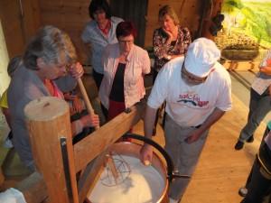 """Danach besuchen wir in der Käserei """"Natürli"""" den Workshop, Selber Käsen."""