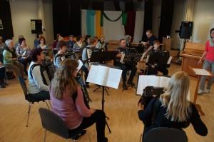 In den Mittagsstunden, dann das erste Finden zwischen Chor und Akkordeon Orchester.