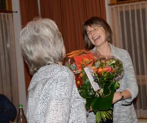 Karin erhält ein wohlverdientes Dankeschön für ihren unermüdlichen Einsatz.